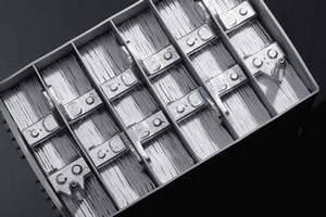 W akumulatorach AGM między elektrodami znajdują się nasączone elektrolitem maty z włókna szklanego