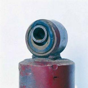 Typowe uszkodzenia elementów metalowo-gumowych (u góry: efekt złych warunków drogowych, u dołu: skutek niewłaściwego montażu)