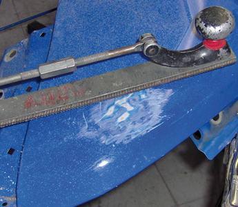 Kontrola naprawionej strefy pilnikiem blacharskim