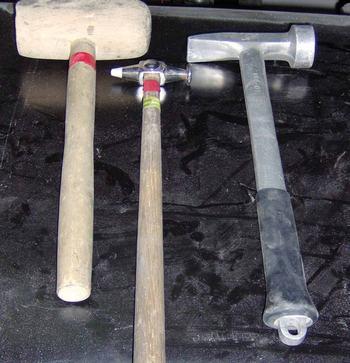 """Od lewej: młotki do obróbki blach stalowych (ostatni typu """"karo""""), młotki do aluminium (drewniany, nierdzewny, aluminiowy), klepadła (""""coma"""", standardowe  z rękojeścią prostą i wygiętą)"""